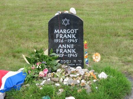Ricordo delle sorelle Frank a Bergen-Belsen (foto Nadia Rosa)